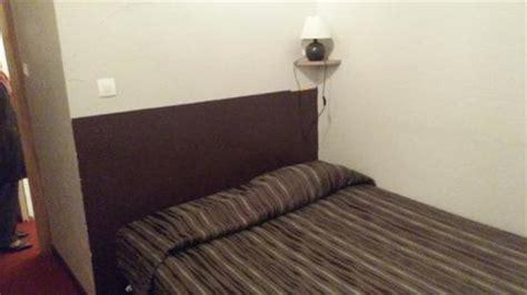 lit en angle sans table de nuit avec fausse t 234 te de lit peinte sur le mur