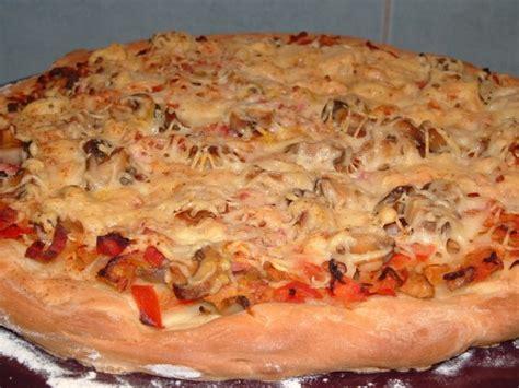 pizza oignons tomates allumettes de lardons chignons emmental thermomix et pizza