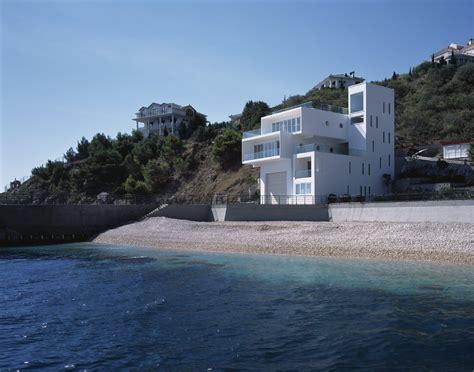 sea side sanctuary modern house at the edge of the sea