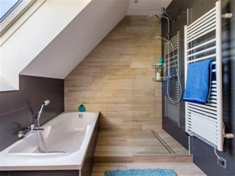 salle de bains gris et bois sous les combles de c 233 cile 224 veretz
