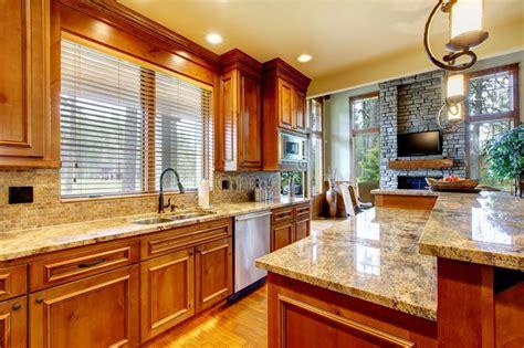 cuisine en bois de luxe avec la partie sup rieure du comptoir de granit photo stock image