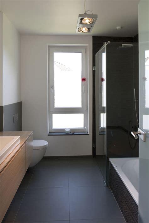Modernes Badezimmer Mit Kontrastreicher Farbgebung