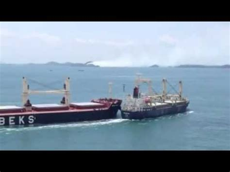 Tug Boat Accidents Youtube by Bulk Carrier And Cargo Ship Collide In The Straits Of