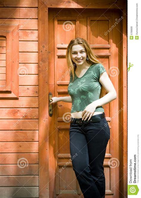 femme devant sa maison neuve de vacances photo stock image 5789600