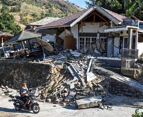 Earthquake Fire Boat by Lombok Bali Earthquake Tourists Board Evacuation Boats In