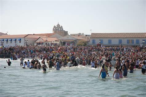 les gitans se pr 233 parent 224 f 234 ter aux saintes maries de la mer