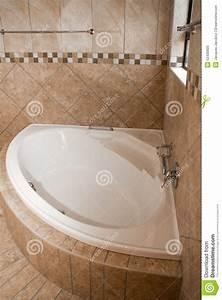 Eckbadewanne Fliesen Bilder : eckbadewanne im fliesenbadezimmer stockfoto bild 52430600 ~ Markanthonyermac.com Haus und Dekorationen