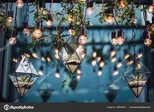 Blumen Von Der Decke Hängen : florariums mit steinen und blumen unter lampen von der decke stockfoto dfrolovxiii 189853584 ~ Markanthonyermac.com Haus und Dekorationen