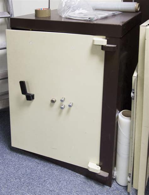 coffre fort de marque acial beige et marron fermeture a cle et combinaison hors service dimensions