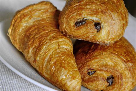 recette de croissants et de pains au chocolat le tourage de la p 226 te lev 233 e feuillet 233 e par chef