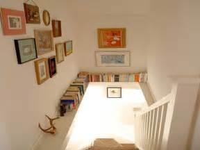 poutre avec coin bibliotheque dans la cage d escalier