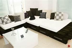 Matratze Auf Paletten : sofa aus paletten wei e matratze wei e und dunkelfarbige dekokissen wei er tisch ideen rund ~ Markanthonyermac.com Haus und Dekorationen