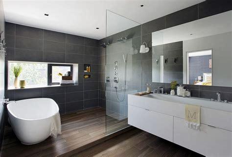 salle de bain avec carrelage imitation parquet