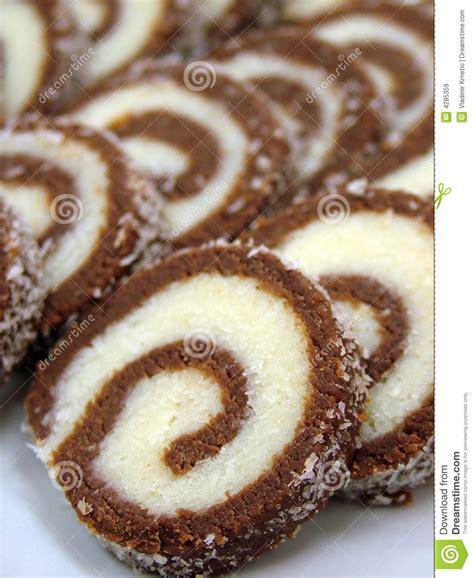 g 226 teau de roulis de noix de coco de chocolat images libres de droits image 4285359