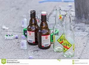 Leere Flaschen Für Likör : leere flaschen redaktionelles stockfoto bild von hart 33649573 ~ Markanthonyermac.com Haus und Dekorationen