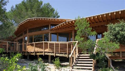 construction de maison en bois bioclimatique et contemporaine