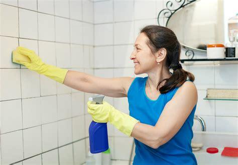 nettoyer les joints de carrelage sol et mural d une salle de bain http www travauxbricolage