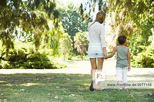 Hand In Hand Gehen : mutter und sohn gehen hand in hand r ckansicht lizenzfreies bild bildagentur f1online 2077155 ~ Markanthonyermac.com Haus und Dekorationen