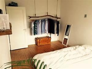 Apartment Einrichten Ideen : schlafzimmer mit origineller kleiderstange aus holz klamottenorganisation auf kreative art ~ Markanthonyermac.com Haus und Dekorationen