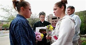Gay couples begin seeking Iowa marriage licenses - NY ...