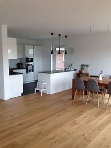 Küche Mit Wohnzimmer : offene k che mit insel wei grau in kombi mit eichenboden und etwas scandi deko ein wahr ~ Markanthonyermac.com Haus und Dekorationen