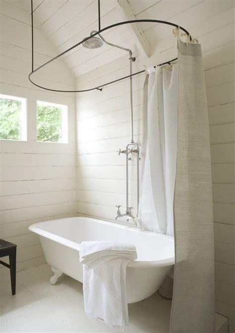 une salle de bain tr 232 s 233 pur 233 e avec sa baignoire vintage et rideau de en la