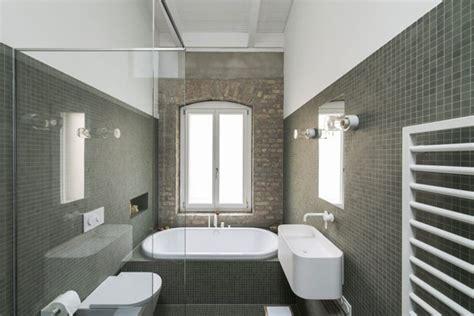 salle de bain avec mur en briques