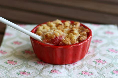 mini crumble aux fraises quot la cuisine de b 233 b 233 quot mettez les petits pots dans les grands