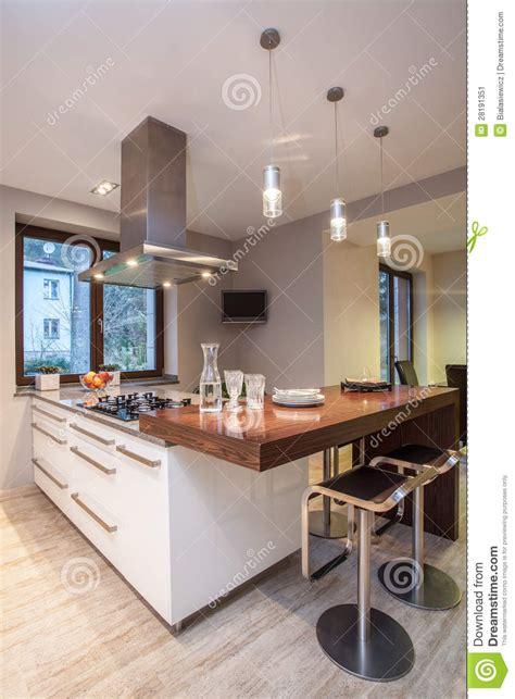 maison de travertin cuisine avec la tv image stock image 28191351