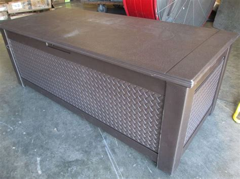 rubbermaid patio chic charleston 136 gal storage trunk