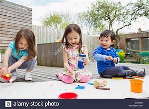 Kinder Bilder Malen : drei kleine kinder malen und zeichnen im garten stockfoto bild 58092241 alamy ~ Markanthonyermac.com Haus und Dekorationen